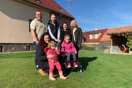 Handicapovaná Emička dostala díky SkiTour a Nadaci Nova speciální vozík!