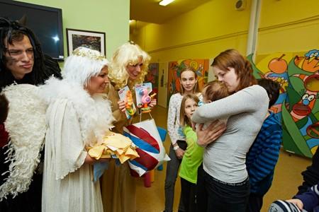 NADĚLOVALI RADOST: Mikuláš, čert a andělé překvapili děti v pražské Thomayerově nemocnici v Praze