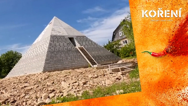 Starověký Egypt na ruském venkově. Pár si postavil na zahradě kopii Velké pyramidy