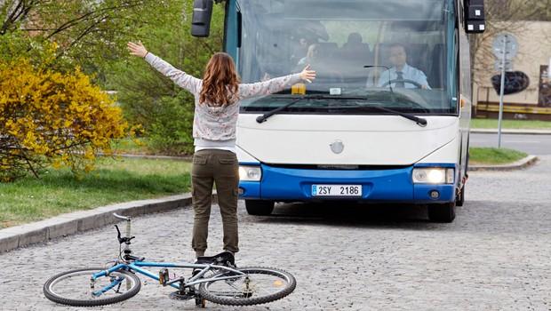 Ukázka z Ordinace: Bibi se vrhá před autobus, se kterým Marek odjíždí!