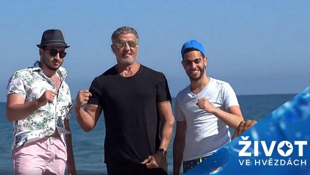 Šťastná náhoda: Legendární herec překvapil na pláži partu kamarádů!