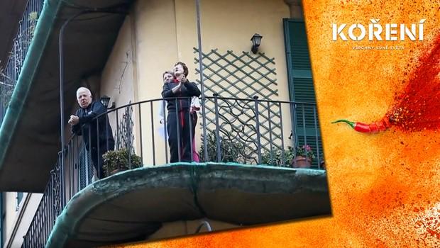 Italové zpívající na balkónech: Improvizované koncerty symbolizují naději a sounáležitost