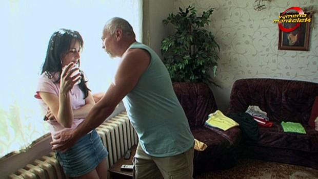 NECHUTNÁ Výměna manželek: Chlípný Míla obtěžuje náhradní manželku!