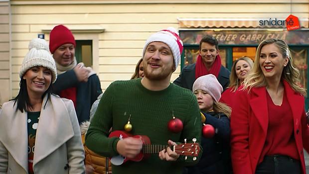 Moderátoři Snídaně mají nový vánoční song! Spojili se s populárním zpěvákem a ovládli Ulici