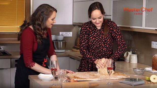 Evi to umí rozbalit nejen v kuchyni! Pusťte si její vánoční song