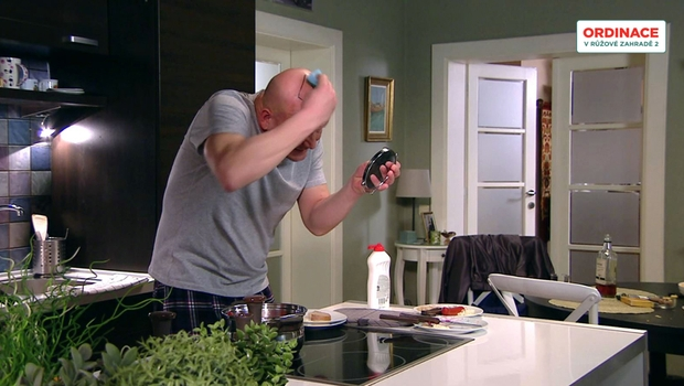 VESELÉ VIDEO: Hugo dává strejdovi zabrat. S čím se ráno probere na čele? A to je začátek