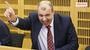 ZACHYCENO: Ze řetězu utržený Petr Rychlý odbourává kolegy svými grimasami. GALERIE