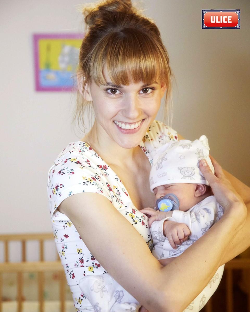 Seriál Ulice: Adriana se svým děťátkem - 8