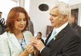 Eduard Valšík a Běla Páleníková si vyměňují prstýnky
