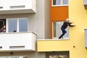Ordinace: Při skoku z balkonu nahradil Peroutku kaskadér - 17